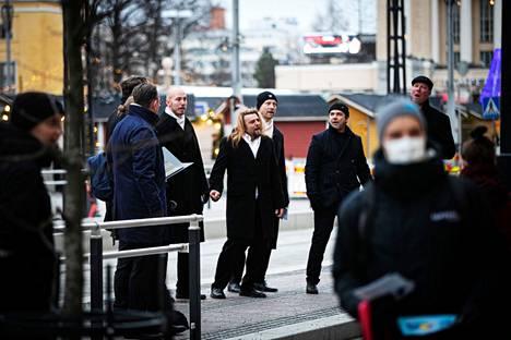 Mieskuoro Laulajat lauloi lauantaina Tampereen keskustassa neljällä eri paikalla. Yksi esiintymispaikoista oli Sokoksen edustalla sijaitseva raitiovaunupysäkki.