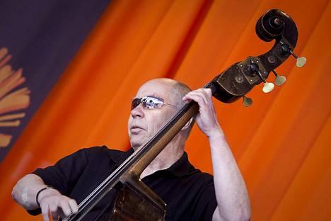 Jyrki Kangas jammailee bassonsa kanssa vuonna 2011 Pori jazzeilla. Kangas kuoli tämän vuoden helmikuussa 76-vuotiaana.