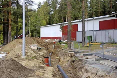 Keuruun jäähallilla kaivetaan vielä loppuviikko kaukolämpöputkia maahan. Uusi Mestis-kausi käynnistyy tutun viileässä hallissa, mutta lämpöä on luvassa jo lokakuun aikana.