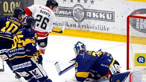 Derek Barach pelasi Lukkoa vastaan Raumalla perinteisessä peliasussa.