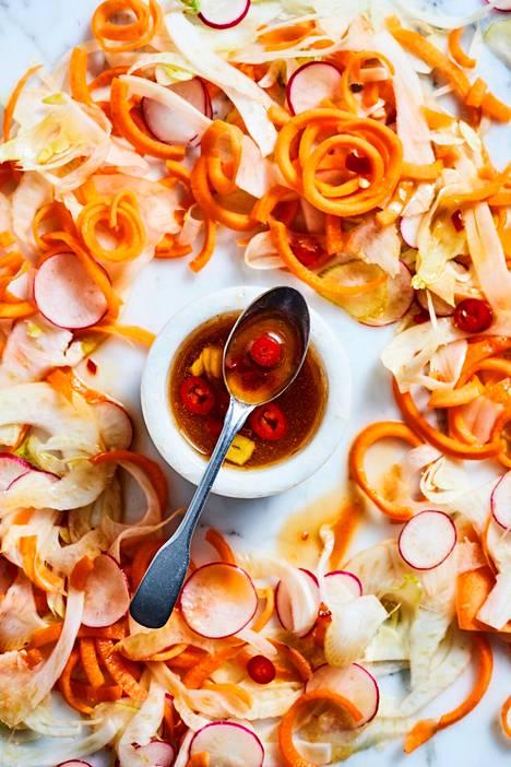 Chiliä, sitruksia ja sokeria sisältävä kastike tuo hyvää tulisuutta kasviksiin.