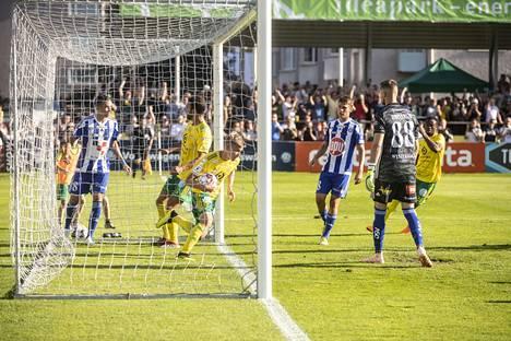Lauri Ala-Myllymäki kaappasi pallon kainaloonsa tasoituksen jälkeen täyden Tammelan kentän edessä.