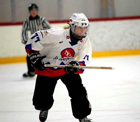 Hanna Ovaska onnistui hienosti myös keskushyökkäjän paikalla ja viimeisteli NoU:n neljännen maalin voitokkaalla Raision vierailulla.