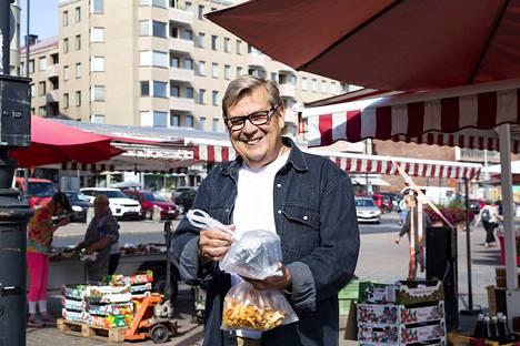 Risto Rantanen osaa venyttää senttejä. Torilta ostamistaan kantarelleista ja mustikoista hän sai euron alennusta myynnin sesonkiaikaan.
