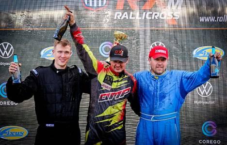 Rallicrossin SM-sarja jatkui viikonloppuna Hyvinkäällä. SRC-luokassa kilpaileva, Nokian urheiluautoilijoita edustava Olli Lahti (vas.) ajoi kisassa toiseksi.