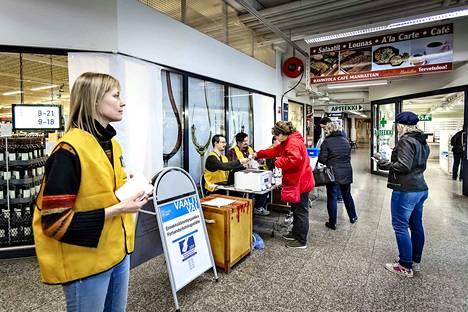 Ennakkoäänestyksen viimeinen päivä oli eilen. Kuvassa vaalitoimitsija Anna Tuukkanen.