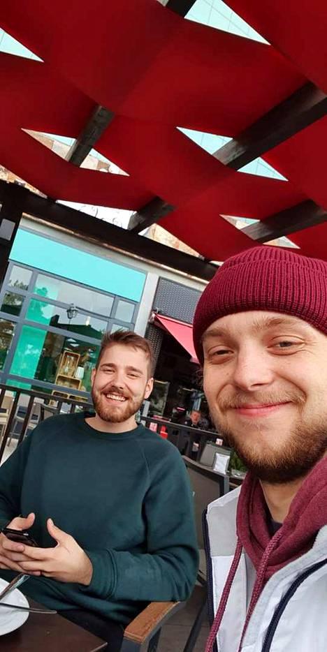 Niko Koukkari muutti ystävänsä Heikin (vas.) kanssa Aurinkorannikolle kaksi kuukautta sitten. Ystävykset tutustuivat toisiinsa ammattikoulussa.