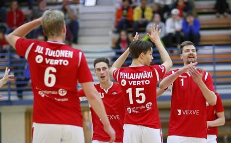 VaLePan Juuso Tulonen (vas.), Paavo Kaski, Aaro Pihlajamäki ja Tuomas Tihumäki ohjeistivat tuomaria pallon osumasta vastustajan käsiin.