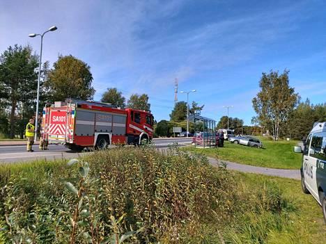 Ulvilantiellä törmäilleen autoilijan tie päätyi päin bussipysäkin katosta. Autoilija pakeni juosten onnettomuuspaikalta.
