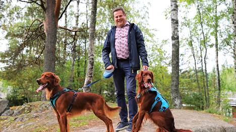 Jari Haapaniemi lenkkeilee mielellään koirien kanssa lähimaastoissa Viholassa. –Tämä kallio näyttää nykyään niin pieneltä, lapsena se oli suuri! Haapaniemi sanoo.