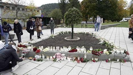Norjan jousiasehyökkäyksestä epäilty on vangittu. Kongsbergissä ihmiset toivat perjantaina 15. lokakuuta kynttilöitä ja kukkia uhrien muistoksi.
