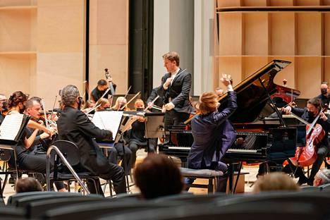 Joshua Weilerstein johti Tampere Filharmoniaa. Solisteina soittivat pianisti Dmitry Masleev ja ykkösviulujen välistä näkyvä trumpetisti Alessandro Chiavetta.