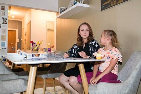 –Hätävaravieraat on vapaaehtoisverkosto, ei esimerkiksi rekisteröity yhdistys. Mukana on hieman alle 300 perhettä, joissa jokaisessa on vähintään yksi neljä vuotta täyttänyt lapsi, Sarita Blomqvist kertoo. Saritan tytär Isla Ollila on jo kuusivuotias.