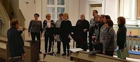 Risto Raikaslehto johtamassa kamarikuoro Capotelan harjoituksia.