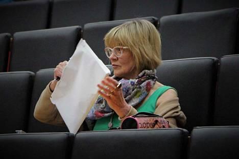Tarja Pitkänen (vas.) istui maanantaina kaupunginvaltuustossa tuttuun tapaan Vasemmistoliiton mandaatilla. Julkisessa kokouksessa kukaan ei nostanut esiin hänen viikonloppuista ilmoitustaan erota puolueesta.