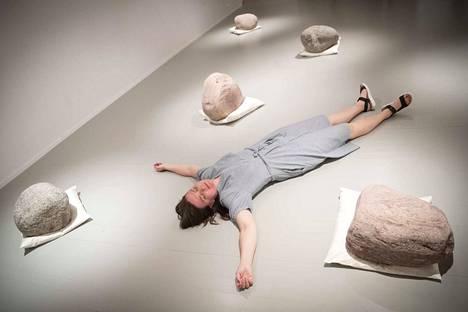Sari Palosaaren installaatiossa Relation Shift tyynyillä lepäävät kivet kätkevät sisäänsä hitaasti vaikuttavaa etanadynamiittia - ja lopulta halkeavat.