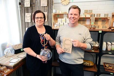 Hely ja Antti Pallari ovat tyytyväisiä kolmen vuoden takaiseen ratkaisuunsa muuttaa Valkeakoskelle. Nyt yrittäjillä on kivijalkakauppa Valtakadulla ja omat kotisivutkin avattuna.