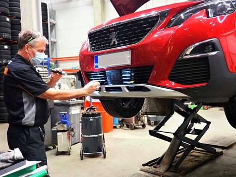 Lämmitysjohdon pistokkeelle löytyy paikka auton etumaskista tai keulan alaosasta. Pistoke on tärkeää kiinnittää hyvin, jotta se kestää johdon irrottamisen.