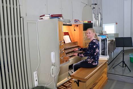 Josefiina Varis on tullut tutuksi myös Kankaanpään seurakunnan kesäkanttorina.