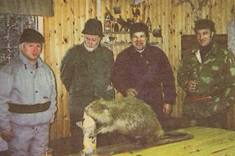 Saksalaiset metsästysvieraat Johan Cymus ja Wolf Jungerman ihastelevat Esko Kiurun ja Olavi Tuorilan kanssa täytettyä majavaa.