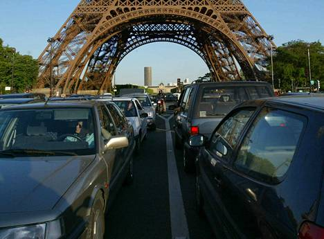 Kaupungeissa kulutetaan jopa 80 prosenttia tuotetusta energiasta ja tuotetaan lähes yhtä suuri osa maailman kasvihuonekaasupäästöistä. Liikenneruuhkaa Pariisissa.