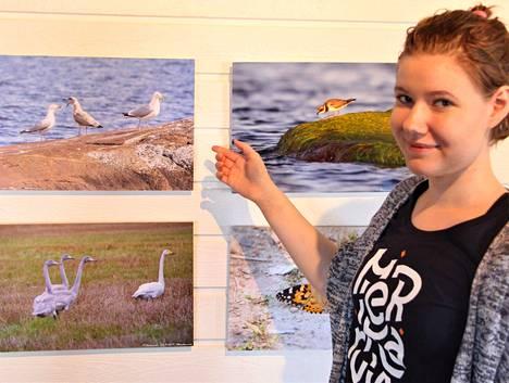 Anniina Mansikka on yksi gallerian kesäoppaista. Tässä hän esittelee Hakosalon luontokuvia.