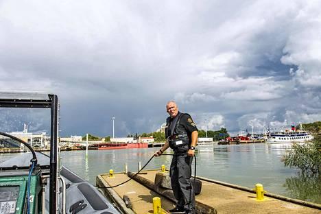 Jari Nieminen kiinnittää merivartioston rikostorjuntayksikön veneen satamaan. Rikostorjuntayksikkö tutkii merellä tapahtuvia rikoksia, esimerkiksi öljyonnettomuuksia.