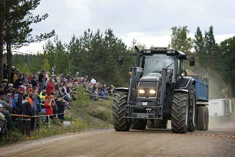 Soramontun reunamat täyttyvät yleisöstä, kun traktorien mäkivetokisa pärähtää käyntiin Siikaisten Sammissa. Kuva mäkivetokisasta vuodelta 2011.
