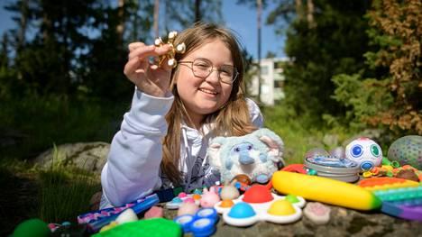 Sofialle on ehtinyt kertyä fidgetejä jo näyttävä kokoelma. Vaikka vanhemmat nykyään suostuvat ostamaan leluja kaupasta, Sofia tekee niitä edelleen myös itse.
