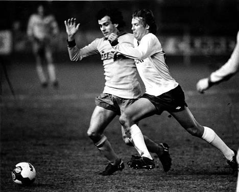 Pertti Nissinen kamppaili pallosta Juventuksen ranskalaistähden Michel Platinin kanssa vuonna 1984.