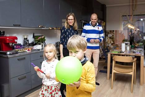 Saku Oikarinen, Heini Ynnilä sekä lapset Eliel ja Linnea Ynnilä hakivat lähiravintolasta valmiit ruuat vapuksi. Muuton keskellä on aikaa myös leikkiä ilmapalloilla.