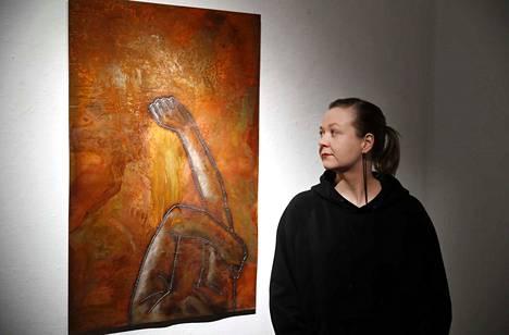 Mirja Kurrin työstää metallia muun muassa teräslevyä hitsaamalla ja ruostuttamalla. Dark Mornings -teoksen (2018) pelti sai pitkän ruostuttamiskäsittelyn työhuoneen lattialla. Kurri käveli sen yli, potki sitä ja heitti sen päälle suolaa ja hiekkaa.