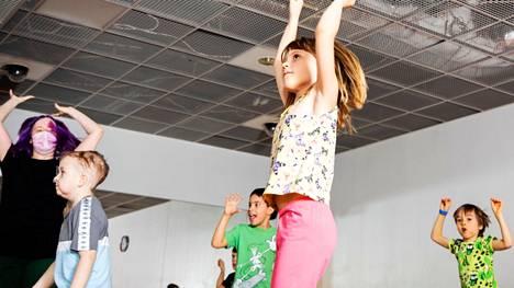 Jokaiselle löytyy tanssiessa omanlainen rytmi ja liike. Katutanssissa yksi perusliikkeistä on bounce. Siitä mallia näyttää tässä Kerttu Suodenjoki, 7.
