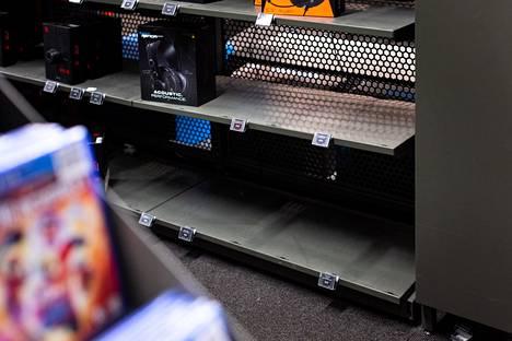 Isojen elektroniikkakauppojen hyllyt ovat olleet paikoin tyhjillään.