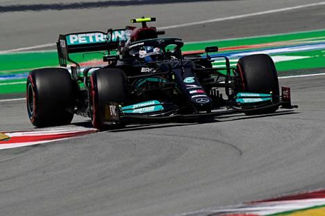 Mercedeksen suomalaiskuljettaja jäi perjantain toisessa harjoituksessa 0,139 sekuntia hitaammaksi kuin tallikaverinsa Lewis Hamilton.