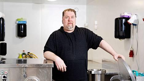 Hande Huhtisen etunimen tarina sai alkunsa ravintola Siipiweikoista. Sattumalta syntyneestä lempinimestä tuli Huhtisen tavaramerkki, ja joitakin vuosia sitten hän muutti nimensä virallisesti Hannusta Handeksi.