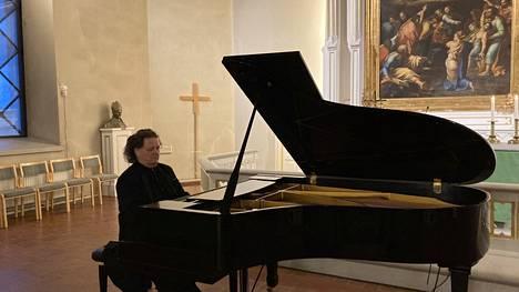 Pianotaiteilija Jouni Somero soitti Kokemäen kirkossa omia sävellyksiään ja tuttuja klassikoita.