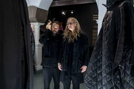 Vaatemerkki Nomen Nescion suunnittelijat Timo ja Niina Leskelä Designmuseossa. Nimi tarkoittaa latinaksi anonyymiä henkilöä, koska Leskelät eivät halua määritellä käyttäjiään.