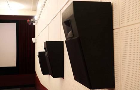 Elokuvasalissa on kymmenen kaiutinta. Valkokankaan takana on lisäksi kolme kaiutinta, joista yksi on jyriseviä ääniä tuottava subwoofer.