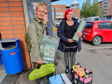 Niina Junnila lahjoitti metsässä asuvalle Sami Hasselille uuden makuupussin, teltan, ruokaa ja äidin kutomat villasukat.