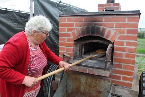 Viime vuonna Maire Venetoja paistoi kakkoja minkä ehti Rompetorilla Lantulassa. Hän kehui Lantulan kyläyhdistyksen pyörillä kulkevaa uunia.