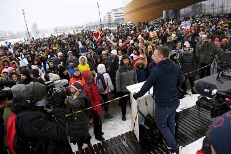 Viikko sitten Helsingissä järjestetty mielenosoitus koronarajoituksia vastaan. Poliisi on käynnistänyt asiasta esitutkinnan.