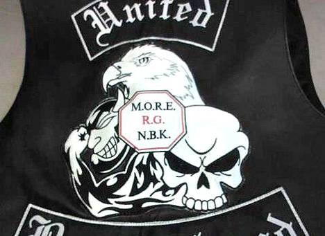 United Brotherhoodia ja sen johtajana pidettyä Tero Holopaista koskevassa juttukokonaisuudessa on nostettu useita syytteitä Holopaista vastaan. Kuvassa UB:n jengiliivi.