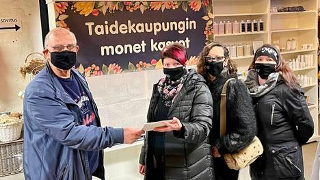 Ronny Gilan ja Mäntän Ratsastajat ry:n hallituksen jäsenet Outi Makkonen, Helmi Ruuhinen ja Tanja Inkilä. Gilan lahjoitti