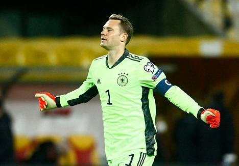 Saksan maalivahti Manuel Neuer juhli voittoa Pohjois-Makedoniasta jalkapallon MM-karsinnoissa.