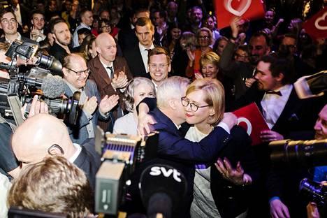 Tuula Haatainen sai Antti Rinteeltä lämpimän halauksen ennen Rinteen lavalle nousua puolueen vaalivalvojaisissa.
