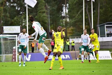 Tiemoko Fofana järjesti ottelun ainoan maalin. Tässä hän väistää Lassi Järvenpäätä.