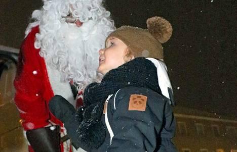 Mäntän joulutorilla 2-vuotias Adam Carlsson  tapasi kuin tapasikin joulupukin. Hänelle ei ollut joulupukista vielä mitään kerrottu, mutta hän oli itse keksinyt, että jouluna joulupukki tulee ja tuo hänelle suklaamunia.