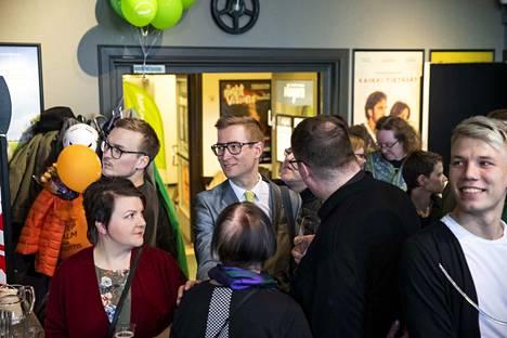 Oras Tynkkynen (keskellä) oli ensimmäinen ehdokas, joka jäi eduskuntaan valittujen viivan alapuolelle Pirkanmaalla.