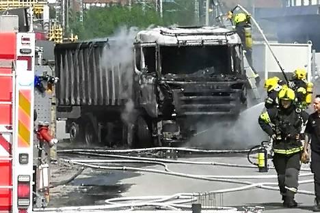 Useat pelastuslaitoksen yksiköt sammuttivat kuorma-auton tulipaloa tehdasalueella Hatanpäällä.